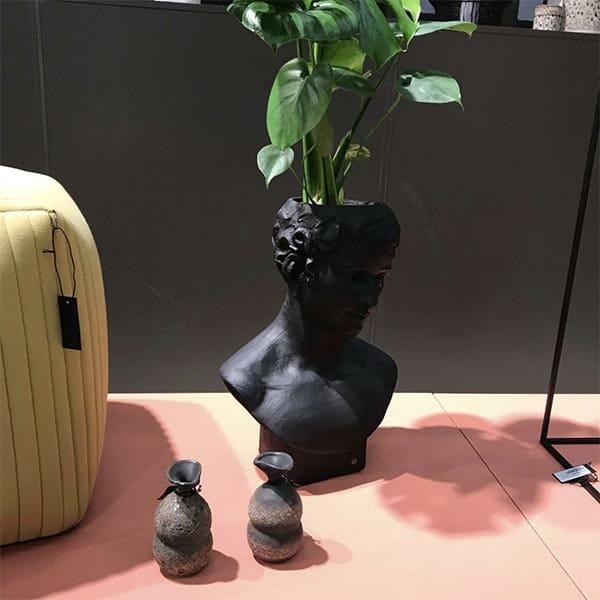 On Interior Vas Staty, Svart